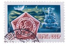 URSS - CERCA DE 1976: Um selo imprimiu em devotado à lua e Fotos de Stock Royalty Free