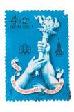 URSS - CERCA DE 1976: Um selo imprimiu no fla olímpico das mostras Fotos de Stock Royalty Free