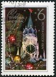 URSS - 1970: la torre, el Kremlin y el abeto de Spasski de las demostraciones ramifican, dedicaron el Año Nuevo 1971 Imagen de archivo libre de regalías
