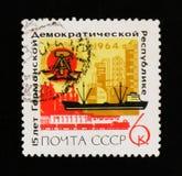 URSS Rusia muestra los brazos germanoorientales, las plantas industriales con la inscripción y el nombre del  del years†de Rep Fotos de archivo libres de regalías