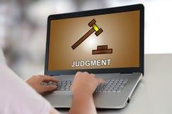 Urteilkonzept auf einem Laptop lizenzfreie stockfotos