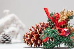 Urto del giocattolo dell'albero di Natale con la macro dorata di angelo Fondo per i saluti del nuovo anno e di Natale Priorità ba fotografie stock