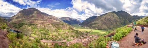 URUBAMBA, PERÙ - 9 DICEMBRE: Vista panoramica della valle sacra di inca di Urubamba, il 9 dicembre 2011 in Urubamba, Cusco, Perù immagine stock libera da diritti