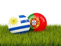 Uruguay contra Portugal Concepto del fútbol Fútboles con las banderas en gre Fotos de archivo