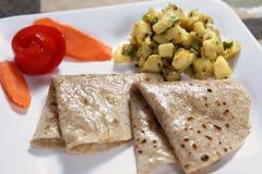 Urulaikizangu Phulka, Aaloo KE Sabji met phulka, Flatbread met aardappelbijgerecht Stock Fotografie