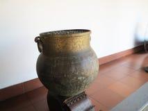 Uruli de cobre amarillo con la manija en Kerala Fotos de archivo libres de regalías