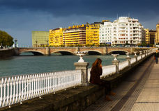 Urumea河的堤防 Donostia 免版税图库摄影