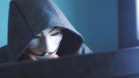 URYUPINSK ΡΩΣΙΑ - 6 ΦΕΒΡΟΥΑΡΊΟΥ 2019: καλυμμένος χάκερ κουκουλών που χαράσσει το δίκτυο - εγκληματίας χάκερ και άγνωστος χάκερ μα απόθεμα βίντεο
