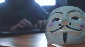 URYUPINSK Ρωσία - 6 Φεβρουαρίου 2019: καλυμμένος χάκερ κουκουλών που χαράσσει το δίκτυο - εγκληματίας χάκερ και άγνωστος χάκερ μα φιλμ μικρού μήκους
