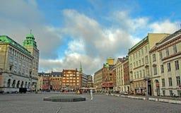 Urząd Miasta kwadrat z punktami zwrotnymi i kolorowymi typowymi budynkami Skandynawskimi dziejowymi, architektonicznymi, Kopenhag zdjęcia stock