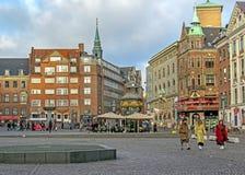 Urząd Miasta kwadrat z punktami zwrotnymi i kolorowymi typowymi budynkami Skandynawskimi dziejowymi, architektonicznymi, Kopenhag zdjęcia royalty free