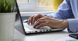 Urzędniczy pracownik pracuje przy biurem na laptopie zdjęcie wideo