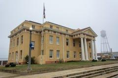 Urząd miasta budynek i wieża ciśnień w Lipowym, TX fotografia stock