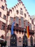 Urząd Miasta fasada Frankfurt miasto z Europejską flagą i Niemcy zaznaczamy w swój balkonie zdjęcia stock