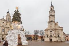 Urząd Miasta Kaunas i choinka przy urzędu miasta kwadratem, Kaunas, Lithuania Fotografia Stock