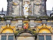 Urząd Miasta sprawiedliwości statuy Delft Holandia Fasadowe holandie Zdjęcia Royalty Free