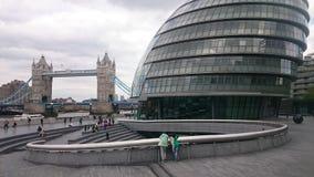 Urząd miasta z wierza mostem fotografia stock