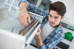 Urządzenia i meble asembler przy pracą Zdjęcie Stock