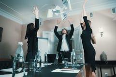 Urzędnicy świętują biznesowego sukces zdjęcia stock