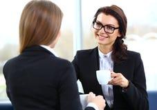 Urzędnicy na kawowej przerwie, kobieta cieszy się gawędzenie Zdjęcie Royalty Free