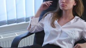 Urzędnik bierze kawową przerwę z jej nagimi ciekami podnoszącymi up na biurku i filiżance kawa espresso w ona ręki zbiory wideo