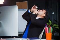 Urzędnik cierpi suchego oka syndrom, sztucznych łez oka krople Fotografia Stock
