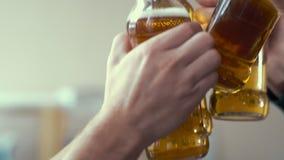 Urzędnik clinks butelkę piwo z innymi pracownikami rozochocona firma przyjaciele w biurze zbiory