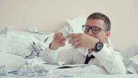 Urzędnik iść szalonym urzędnik tonie w wielkim stosie papier w białej koszula i szkła i pozwalaliśmy zbiory