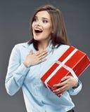Urzędnik kobiety chwyta czerwieni prezent Obrazy Royalty Free