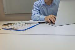 Urzędnik pisać na maszynie na laptopie w biurze Zdjęcie Stock