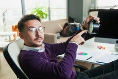 Urzędnika biznesmena chwyta budzika czasu młody zarządzanie Obrazy Stock