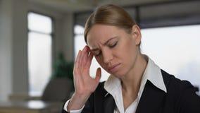 Urzędnika cierpienia migrena, nacieranie świątynie uśmierzać ból, przemęczenie zbiory wideo