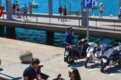 Urzędnika parking na Barcelona nabrzeżu po jechać na motocyklu przy lunchu czasem w Barcelona, Hiszpania na Czerwu 22, 2016 Zdjęcie Royalty Free