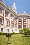 Urzędu miasta kąt, utrzymuje z trawa znaka i zielenieje deciduous drzewa Fotografia Stock