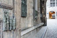 Urzędu Miasta kędziorek i drzwiowy ciągniemy wewnątrz Mons, Belgia. Zdjęcie Royalty Free