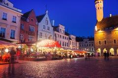 Urzędu miasta kwadrat w Tallinn przy nocą Fotografia Stock