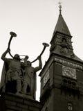 Urzędu Miasta wierza na urzędu miasta kwadracie Kopenhaga z Lur dmuchawami brązowieje statuę Siegfried Wagner czarny white Zdjęcie Stock