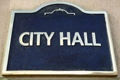 Urzędu Miasta znak na rzędu lokalnego budynku, zamyka up Obraz Royalty Free
