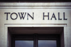 Urzędu miasta znak przy rzędu lokalnego biurem zdjęcie stock