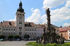 Urząd miasta i barok trójcy kolumna na Komenskeho obciosujemy w Fulnek fotografia stock