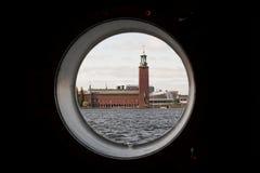 Urząd Miasta w Sztokholm, Scandinavia, Szwecja, Europa widok od porthole statek Fotografia Stock