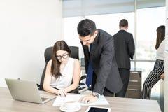 Urzędnicy Dyskutuje dokument Przy biurkiem obraz stock