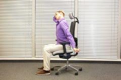 Urzędniczego pracownika męska relaksująca szyja - demonstracja Obrazy Royalty Free