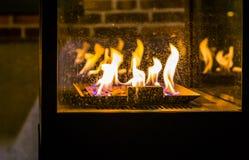 Urze exterior com carvões ardentes e as grandes chamas, estação do inverno, equipamento velho do vintage foto de stock