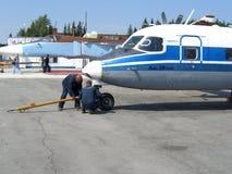 Usługa Rosyjski Antonov an-38 przy lotnisko technika pracujący ludzi obrazy stock