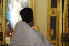 Usługa w Ortodoksalnym kościół modlitwa ksiądz obrazy royalty free