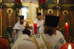 Usługa w Ortodoksalnym kościół modlitwa księża obrazy stock