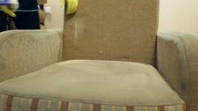 Usługowego cleaning brudna kanapa i krzesła z specjalnym narzędziem zbiory