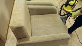 Usługowego cleaning brudna kanapa i krzesła z specjalnym narzędziem zbiory wideo