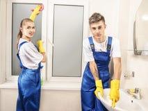 Usługowy cleaning washbasin i okno ono uśmiecha się w domu Obraz Stock